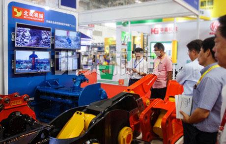 龙8国际的产品吸引了中外参观者